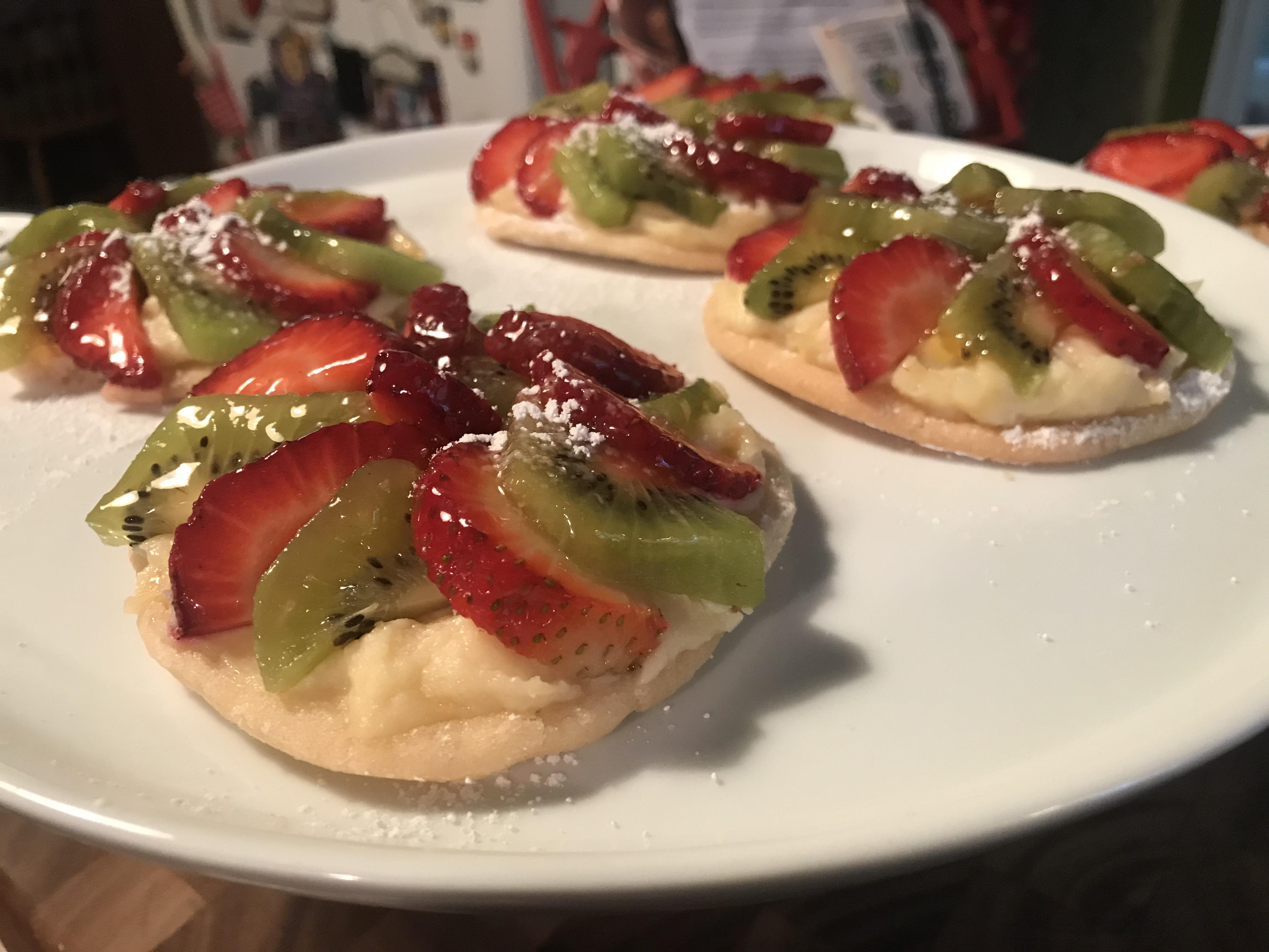 Mini Strawberry And Kiwi Summer Fruit Pizzas (48)